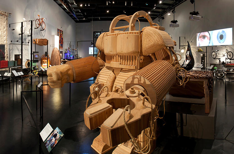 <p>Finally, Stephen Hawking as he was intended to be: a giant wooden ROBOT!!! By Michael Rea</p>