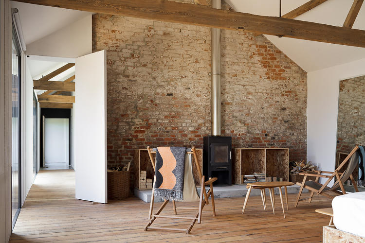 <p>White walls provide a pleasant visual contrast between the existing bricks and exposed ceiling beams.</p>