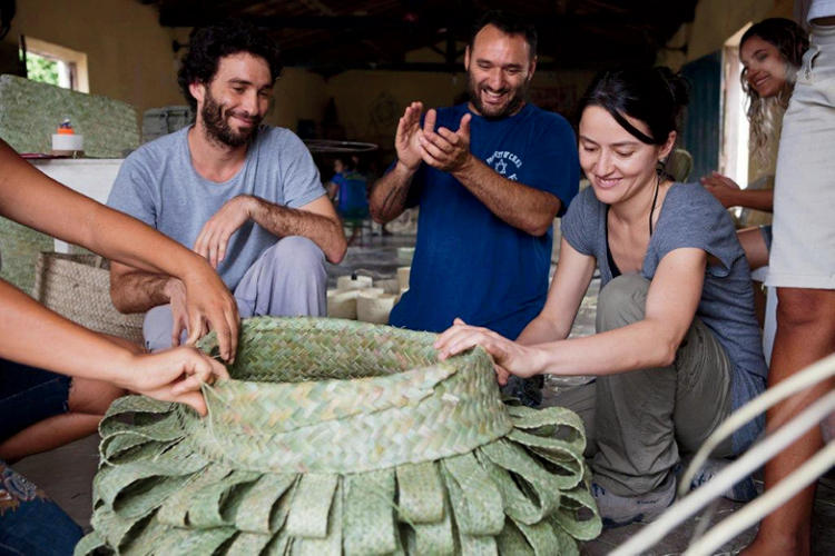 <p>…and with craftswomen who weave baskets using carnauba straw.</p>