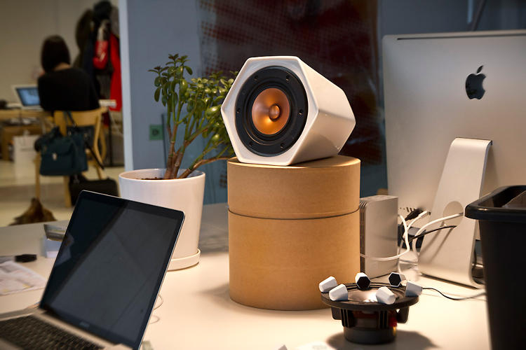 <p>The Unmonday 4.3L is a ceramic speaker that can follow you through any room.</p>