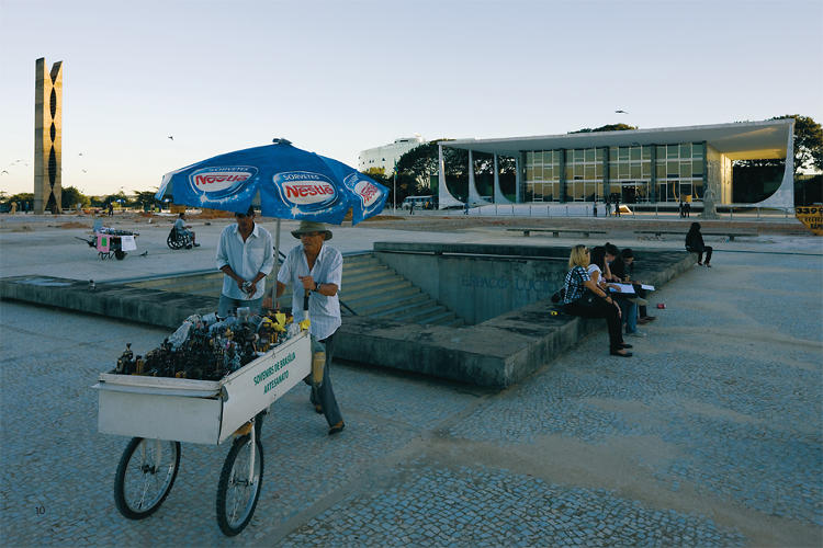<p>Baan writes that Brasília's &quot;city center feels markedly devoid of life in plazas, where the pigeons far outnumber the people.&quot;</p>