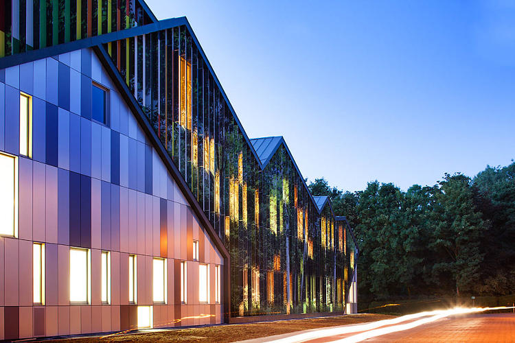 <p>The Academie MWD, an arts center in Dilbeek, Brussels, has diverse neighbors in every direction.</p>
