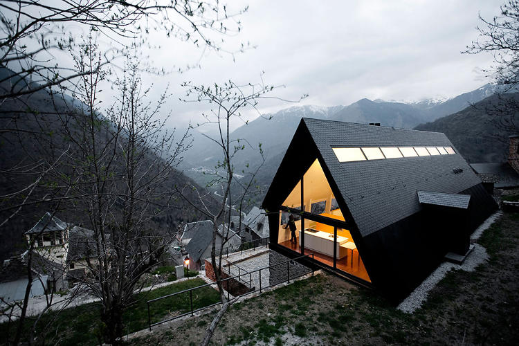 <p>A classic take on the A-frame, the home sits out over a rocky ledge.</p>