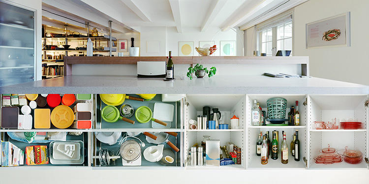<p>He then photographed the kitchens of his neighbors, before expanding his project outside his building.</p>