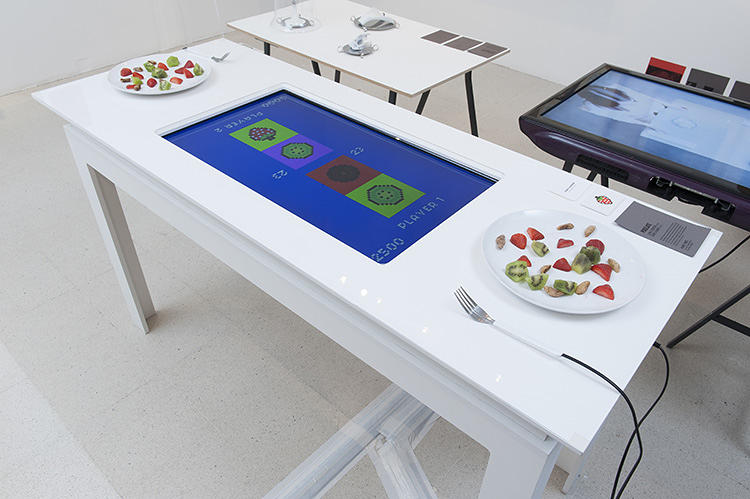 <p>The system is powered by an electrified fork that senses each type of fruit's unique electrical impedance.</p>