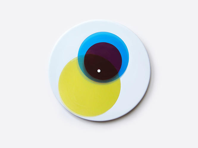 <p>This cleverly designed clock uses three colors to tell the time.</p>