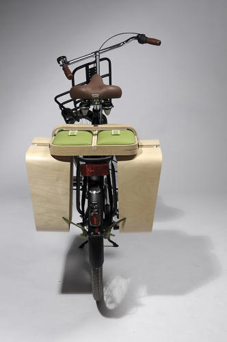 <p>The basket's sides open up to convert into elegant bike panniers capable of carrying a bounty of picnic supplies.</p>