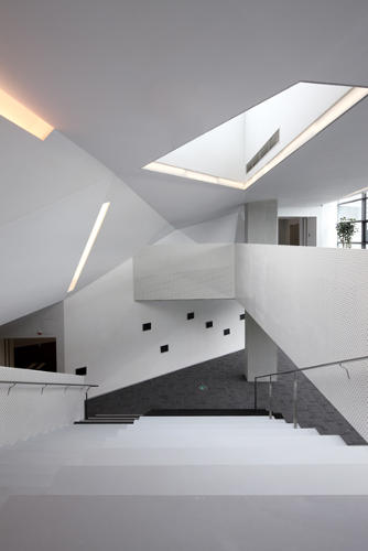 <p>The open Untied Bowtie staircase creates a social interaction space at Vanke headquarters.  Daylight is provided by the large skylight, reducing the need for artificial lighting.</p>