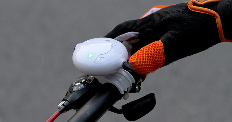 <p>Prompted by a remote control fixed on the handlebar, the bag's LED display produces various signals--&quot;Left,&quot; &quot;Right,&quot; &quot;Stop&quot;--that are visible to rear traffic.</p>