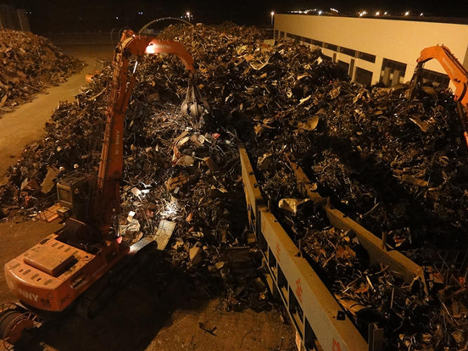 <p>A <a href=&quot;http://shanghaiscrap.com/2013/08/scenes-from-a-junkyard-planet-chinas-throwaways/&quot; target=&quot;_blank&quot;>4,000-horsepower metal shredder</a> being fed bicycle frames, car doors, siding, and other &quot;light&quot; scrap.</p>