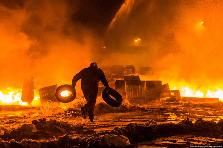 <p>&quot;The fire is constantly fed by more tires. The smoke screen must be dense! At one point Berkut attempt to feel out the protestors from a hill using a powerful projector.&quot;</p>