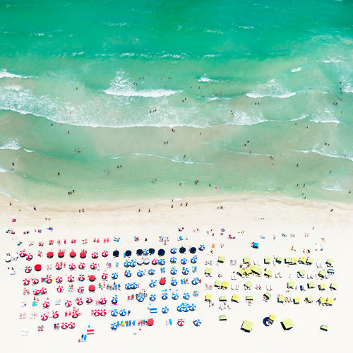 <p>Beachgoers organized neatly.</p>