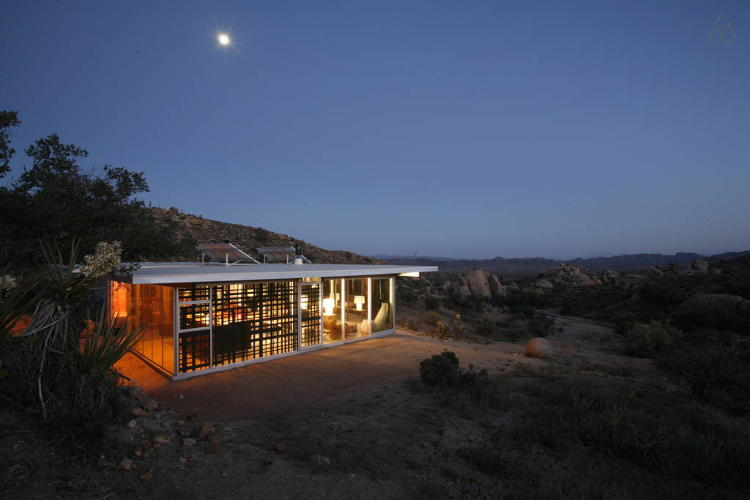 <p>Off-grid <a href=&quot;https://www.airbnb.com/rooms/19606&quot; target=&quot;_blank&quot;>itHouse</a> in Pioneertown, CA</p>