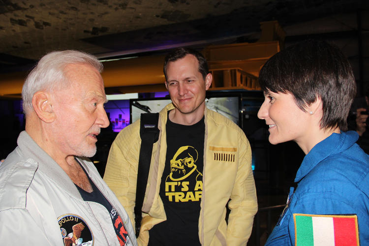 <p>chat as Virgin Galactic CEO (and Yuri's Night co-founder) George Whitesides looks on.</p>