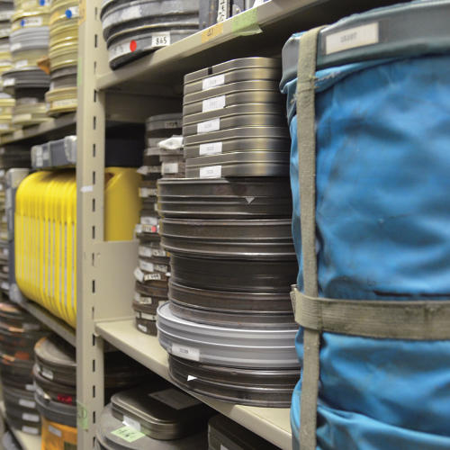 <p>The Kobe Planet Film Archive storehouse holds more than 20,000 movies. Old films stored here include news from the Meiji era and other valuable footage.</p>